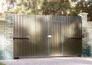 Распашные ворота с внутренней калиткой